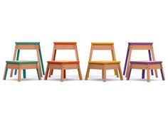 Um banco de madeira colorido pode servir como lugar extra para sentar na sala de…