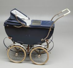 A posh pram - I remember these type of tyres on the wheels going hard and crumbling when they got old Vintage Stroller, Vintage Pram, Pram Stroller, Baby Strollers, Silver Cross Prams, Prams And Pushchairs, Dolls Prams, Baby Buggy, Baby Prams