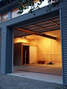This looks awesome (boards on walls. Art Studio Design, Gym Design, Kendo, Academia Smart Fit, Warehouse Renovation, Martial Arts Gym, Karate Dojo, Modern Entry, Shop Layout