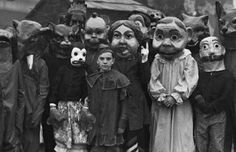 来世は猫になりたいせきる retweeted: ハロウィンの歴史を分かりやすく説明します元々2000年以上前のケルト人の悪魔の祭りそこにキリスト教が普及混ざる広がるキリスト教の祭りだと勘違いする人続出日本そんなの関係ねえ日本で過激な仮装ブーム2015年経済効課1200億でバレンタイン抜く今ココ写真は昔の仮装