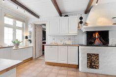 Trivelig kjøkken med gruepeis for lun kos på kalde dager
