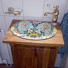 """""""Klein aber fein"""" ist hier das Motto, wenn es darum geht sein Gästebad in Szene zu setzen! Dieses tolle und farbenfrohe Waschbecken kommt wunderbar zur Geltung - eingelassen in ein kleines Holzunterschränkchen.  Vielen Dank an D.L. für diese kleine Inspiration einer Gästewaschbeckengestaltung.  Wer sich ebenfalls inspiriert fühlt - schaut in unserem Online Decor, Home Decor, Sink"""