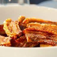 Opskrift på langtidsstegt flæsk i ovn, der giver dig meget mørt kød og særdeles sprød og knasende sprød svær. Rigtig stegt flæsk i ovn. Langtidsstegt flæsk i ovn er en virkelig god metode til tilberedning af den danske nationalspise. Flæsket bliver båd mørt og sprødt, præcist som du kan se på billedet. Samtidig får du... Se mere Hele opskriften Langtidsstegt flæsk i ovn: Mørt flæsk med sprød svær kan ses her Mad Cook N, Danish Food, Fried Pork, Dinner Is Served, Lchf, Recipies, Dinner Recipes, Food And Drink, Yummy Food