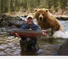 Ce pêcheur s'est bien fait plaisir en faisant cette magnifique prise dans une rivière sauvage. Mais qui dit sauvage dit animaux sauvage