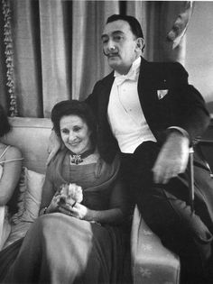 Dali et Gala: <<Un après-midi de novembre, à l'hotel Meurice, il me présenta Gala. Elle faisait très jeune(...). Elle n'eut pas la moindre parole aimable à mon égard.(depuis Dali et Amanda-Nina LF)