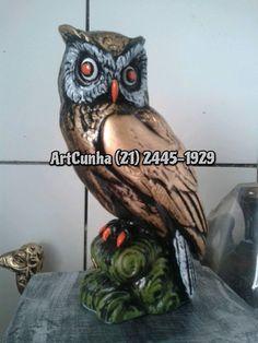 Coruja Corujas - Enfeite em artesanato de gesso (21) 2445-1929. Coruja é a ave soberana da noite. A coruja simboliza a reflexão, o conhecimento racional e intuitivo. Na mitologia grega, Athena, a deusa da sabedoria, tinha a coruja como símbolo. Os gregos consideravam a noite o momento propício para o pensamento filosófico. Pela sua característica de animal notívago (noturno), era vista pelos gregos como símbolo da busca pelo conhecimento. #coruja #corujas #owl #owl #artesanato #riodejaneiro