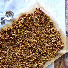 nourishing pumpkin granola with gluten free rolled oats, omega-3 and antioxidant rich walnuts and pumpkin seeds, & warming cinnamon + Sakara review (vegan)