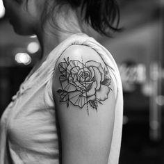 tatouage fleur rose geometrique epaule