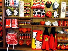 this is what my future kitchen will be filled with....classic minnie and mickey items <3