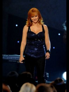 Reba McEntire Photos - Singer Reba McEntire performs onstage during the Annual CMA Awards at the Sommet Center on November 2009 in Nashville, Tennessee. - The Annual CMA Awards - Show Country Music Quotes, Country Song Lyrics, Country Music Stars, Country Songs, Country Girls, Music Lyrics, Cma Awards, Music Awards, Beautiful Women Over 50
