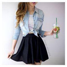 Saia rodada preta, camisa jeans, blusa listrada