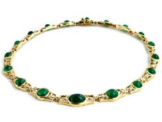 Halsweite: ca. 43 cm. Gewicht: ca. 71,5 g. GG 750. Elegantes Collier aus 18 Elementen jeweils mit feinen runden und ovalen Smaragdcabochons, zus. ca. 45 ct,...