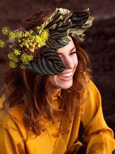 Blumenkranz mit großen Blättern – fast schon wie ein Sonnenschutz! #tollwasblumenmachen #flower #floral wreath