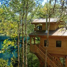 <p>Rêvez-vous de dormir dans une cabane dans les arbres ? Venez vivre une expérience de prêt-à-camper unique dans un refuge perché au bord de l'eau, dans un parc protégé. Les refuges pouvant accueillir jusqu'à six personnes sont isolés pour l'hiver et chauffés au bois. Situé près de Mont-Tremblant, venez profiter de ce parc de nature : baignade, location d'embarcations, pêche et 36 km de sentiers en forêt. Ne manquez pas le sentier Le Riverain, une passerelle en milieu aquatique ...