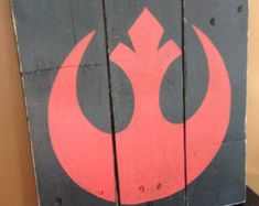 Know someone who is a Star Wars fan? This Rebel Alliance wood sign would make a great addition to their room/home! This sign is a great shelf item! Theme Star Wars, Star Wars Room, Star Wars Decor, Star Wars Party, Boy Room, Kids Room, Star Wars Zimmer, Star Wars Bathroom, Star Wars Kids