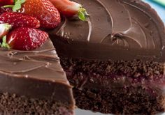"""Quando pensamos em morango com chocolate, o <a href=""""http://mdemulher.abril.com.br/culinaria/receitas/receita-de-bolo-chocolate-morango-515066.shtml"""" target=""""_blank"""">bolo</a> é um clássico indispensável de festinhas de aniversário, não é?"""