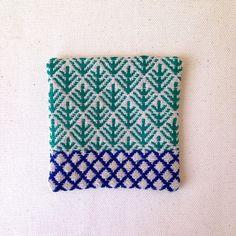 伝統刺繍、こぎん刺しのコースターです。green x blue のツートンカラーで仕上げました。まつぼっくりを意味する松かさと、豆この連続模様のモドコでモダン...|ハンドメイド、手作り、手仕事品の通販・販売・購入ならCreema。