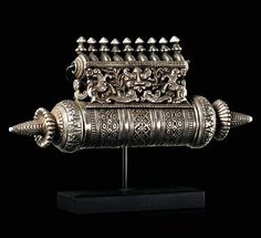 India | Large amulet box from Tamil Nadu | Silver (226g) elaborately decorated | Est. 2000 - 4000€