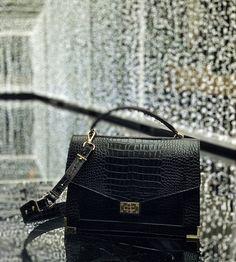Mon sac Emily The Kooples façon croco – Dans Mon Sac de Fille – Herzlich willkommen Unique Handbags, Popular Handbags, Trendy Handbags, Cheap Handbags, Coach Handbags, Purses And Handbags, Luxury Handbags, Ladies Handbags, Mini Handbags