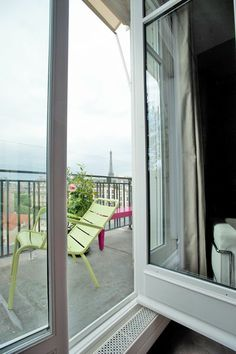 #Terrasse  #LaTourEiffelAuLoin...  -- Dans cet #appartement en étage élevé avec vue sur la #TourEiffel, la démolition intégrale du cloisonnement a permis la mise en place d'une distribution ouverte et fonctionnelle, offrant un maximum d'espace et de lumière naturelle. Les cloisons coulissantes multiplient les possibilités d'aménagement et contribuent à la fluidité du plan. #bois #appartementparisien #architecture #chic #mobilier #lumière #confort #Espace #mobilier #Paris #FeldArchitecture
