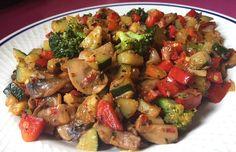 ENSALADA CALIENTE DE VERDURAS FUSSIONCOOK: Cortar finamente toda la verdura a cuadraditos (Una cebolla fresca, Un pimiento rojo, Un calabacín verde, El brócoli en  florecitas), champiñones y poner con un chorro de aceite en la cubeta en menú freír. (Primero pochar la cebolla). Una cucharadita de especias arrabbiata o en su defecto salsa arrabbiata ...remover bien. La verdura tiene que quedar al dente que se note crujiente. Este revuelto tambien vale para acompañar con pasta, arroz....
