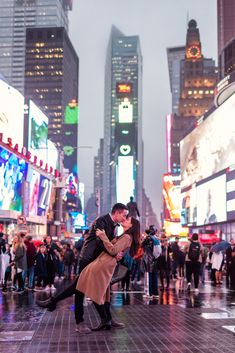 Romantic New York City engagement photo of couple dipping in street at Times Square New York City Pictures, New York Photos, Manhattan Times Square, Lower Manhattan, Dating In New York, New York Night, City Engagement Photos, City Aesthetic, Aesthetic Women