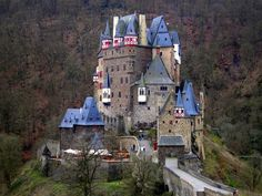 Niemcy: Zamek rodu von Eltz Krążą plotki, że w jednej z sypialni mieszka duch księżniczki Agnes, która zginęła w niejasnych okolicznościach, broniąc zamku (i swojego honoru) przed zalotnikami.