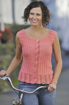 Det flatterende ribmønster og knaplukningen gør den lille top ekstra feminin