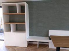 Vakkenkast, wandmeubel met eetbank op maat.  Oud is nieuw maakt meubels op maat. Ontwerp je eigen set samen met ons aangepast aan jou smaak en in formaat dat past in jou woning! Shop de stijl op onze site of maak een afspraak om de mogelijkheden te bespreken. Ookvoor een bijpassende tafel en stoelen ben je bij Oud is nieuw aan het juiste adres. Bookcase, Shelves, Home Decor, De Stijl, Seeds, Shelving, Homemade Home Decor, Decoration Home, Room Decor