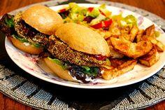 The Whole Shebang Black Bean Burgers - twimii Burger And Chips, Burger Mix, Black Bean Soup, Black Beans, Gluten Free Buns, Black Bean Burgers, Vegan Burgers, Leftovers Recipes, Lentil Soup