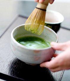 Lá chè xanh giúp loại sạch mụn đầu đen Bạn giã nát lá chè xanh, rồi vắt lấy nước cốt. Tiếp đó, cho thêm 100ml mật ong, trộn đều. Bạn sử dụng bông gòn thấm đều lên da mặt, để yên trong vòng 15-20 phút, sau đó rửa lại với nước ấm.