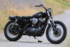 '60~'70年代のKRやXRといった、ファクトリーの古いフラットトラックレーサーを作りたいというオーナーの希望に応えたのがこのカスタム。ビギナーであることを踏まえ、トラブルが少なくストレスなく乗れるEVOスポーツスターをベースにしている。 Alternative, Bike, Vehicles, Motorcycles, Style, Bicycle, Swag, Bicycles, Car