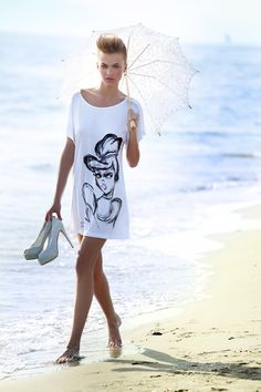 Cinderella T-shirt.  T-shirt 100& viscosa con rouches in tulle laminato argento e maxi stampa Cinderella