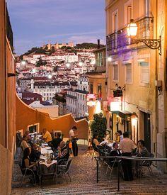La fascinante Lisboa · National Geographic en español. · Rutas y escapadas Barrio Alto Las calles de este distrito suben por una colina situada justo enfrente del Castillo de São Jorge y el barrio de Alfama.