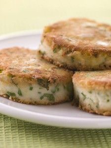 This has to be the best way to use up not only leftover mashed potatoes but also leftover vegetables. The cakes bubble and squeak during cooking and they taste wonderful. Healthy Toddler Meals, Toddler Snacks, Kids Meals, Healthy Lunches, Bubble And Squeak, Baby Food Recipes, Cooking Recipes, Healthy Recipes, Detox Recipes