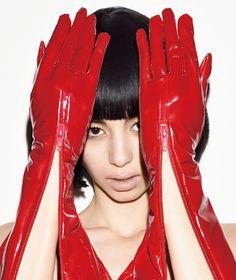 気鋭のアートディレクター吉田ユニを迎え、人気急上昇中のモデル・女優の中条あやみを、YKKのファスナーで彩ったファッションシューティングを掲載。