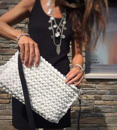 Se podría decir que este bolso es la simplicidad hecha con trapillo. Es un patrón muy fácil de hacer y el resultado es precioso, o al m... Crotchet Bags, Knitted Bags, Crochet Clutch, Crochet Handbags, Finger Knitting, Loom Knitting, Learn To Crochet, Diy Crochet, Knit World