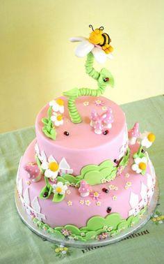 eine Torte in Rosa mit Blume und Biene