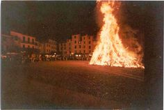 Portofino, il falò per la festa patronale di San Giorgio / Portofino celebrates its Patron Saint, St. George, with the bonfire in the Piazzetta (Photo, Pillola Pictures, anni '80) #portofino #piazzetta #liguria #riviera #bonfire #falò #celebration #tradition #notte #night