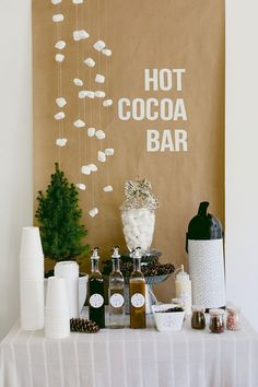 Make your own Hot Chocolate Bar with these Free Printables . Cute for a winter party, Christmas party or New Year's Eve party. Popcorn Bar, Xmas Party, Holiday Parties, Winter Parties, Thanksgiving Parties, Parties Kids, Chrismas Party Ideas, Winter Party Foods, Holiday Party Themes