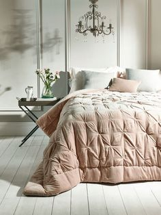 Crafted from pure cotton velvet and luxurious natural linen with a vintage, pin tucked design, our hand tufted king-size quilt in soft blush pink will add a touch of luxury to your bedroom. Each quilt comes presented in a high quality fabric-backed zip bag with handle, making it a great gift and easy to store away when not in use. Pink Velvet Curtains, Velvet Bedroom, Velvet Bedspread, Velvet Quilt, Velvet Cushions, Lux Bedroom, Master Bedrooms, Pink Bedrooms, Bedroom Decor
