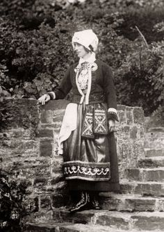 Vorstenhuizen, koningshuis Zweden. Prinses Louise Mountbatten (1889 - 1965), tweede echtgenote van koning Gustav VI Adolf van Zweden. Op de poseert zijn in de Zweedse nationale klederdracht. Datum en plaats onbekend.