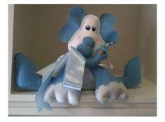 Bichinho de pano - bebe elefantinho em feltro azul para decoração de quarto infantil, um lindo laço no pescoço, chupeta e fraldinha complementam esse lindo bebe.   Enchimento siliconado anti-alérgico.  Fazemos em outras cores de feltro e outros enfeites de acabamento, sob consulta.  Tamanho: 25 cm altura R$ 21,50