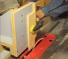 tenoning the slats Milk Crates, Pallet Fence, Wooden Boxes, Woodworking Plans, Wood Projects, Diy And Crafts, Alice, Inspired, Wooden Drawers