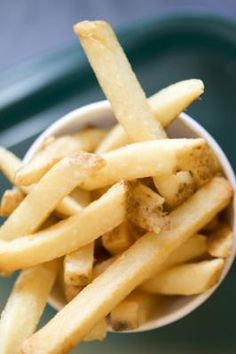 How to Blanch and Freeze Potatoes for French Fries. Wash, cut, put on greased sheet 450 til light brown, cool in fridge, store in freezer. Freezing Potatoes, Frozen Potatoes, Freezer Cooking, Freezer Meals, Freezable Meals, Oven Baked Fries, Homemade French Fries, Healthy Potatoes, Potato Side Dishes