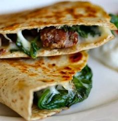 Steak and Spinach Quesadilla with Provolone.easy dinner to do with leftover steak :) Think Food, I Love Food, Good Food, Yummy Food, Healthy Dinner Recipes, Mexican Food Recipes, Beef Recipes, Cooking Recipes, Skillet Recipes