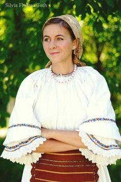 Frumusețea autentică a româncelor, surprinsă de o bistrițeancă pasionată de fotografie și port tradițional (GALERIE FOTO) | ObservatorBN Ely, Ruffle Blouse, Costumes, Traditional, Handmade, Tops, Women, Fashion, Embroidery