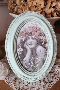 """Cadre ovale romantique, en bois, patiné, gris métal sur vert - """"Fillette bohème aux fleurs"""" - Esprit shabby"""