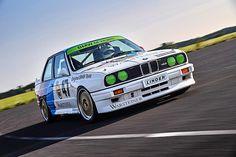 1986 schlug BMW ein besonderes Kapitel auf, das mittlerweile vier Fortsetzungen gefunden hat: M3. Die Idee war zu Beginn gar nicht, einen voll alltagstauglichen Hochleistungssportwagen anzubieten, sondern die Basis für einen Rennwagen für die Deutsche Tourenwagenmeisterschaft zu schaffen.