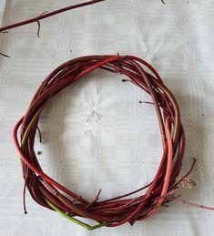 Krans av Sibirkornell ved hjelp av en enkel fletteteknikk.   SkarpiHagen Autumn Decorating, Grapevine Wreath, Grape Vines, Wreaths, Jewelry, Home Decor, Deco, Kunst, Jewlery